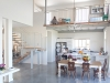 חלל כפול עם גלריה פתוחה המאפשרת קשר בין כל אגפי הבית