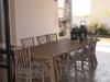 שולחן העץ בפטיו, כמו חלק מהבית...