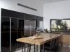 המטבח- שילוב של זכוכית שחורה ומשטחי עץ טבעי.