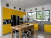 נועזות במטבח- פורמייקה צהובה בשילוב עץ אלון טבעי