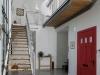 המדרגות והגשר המוביל אל חדר העבודה מעל דלת הכניסה