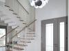 המדרגות, שילוב של מעקה פירזול לבן עם עץ אלון גושני