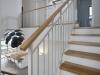 חלל המדרגות פתוח ושומר על קשר בין כל חלקי הבית