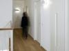 קומת החדרים צבועה בלבן ורק הפרקט מעץ אלון לשמירת הרצף מקומת הקרקע