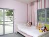 חדר ילדים עם יציאה פרטית אל החצר