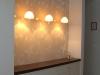 רהיט כניסה תלוי על קיר טפט וגופי תאורה דקורטיביים